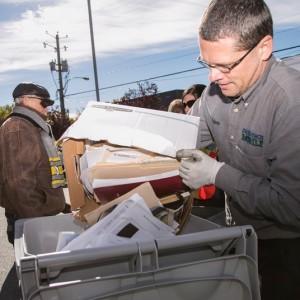 Employés déchi-tech mobile -destruction papier confidentiel